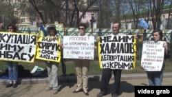 Участники акции протеста в защиту преследуемых крымских татар. Москва, 30 апреля 2017 года.