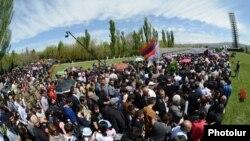 Armenia - People walk to the Tsitsernakabert memorial in Yerevan to mark the 99th anniversary of the Armenian genocide in Ottoman Turkey, 24Apr2014.