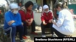 Жедел жәрдем дәрігері аштық жариялаған әйелдердің денсаулығын тексеріп отыр. Астана, 8 тамыз 2014 жыл.