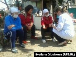 Врачи скорой помощи осматривают голодающих третьи сутки женщин. Астана, 8 августа 2014 года.