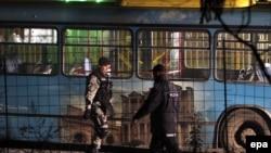 Босния мен Герцеговина сарбазы үш адам қаза тапқан автобусқа шабуылдан кейін оқиға орнында жүр. Сараево маңы, 18 қараша 2015 жыл. (Көрнекі сурет)