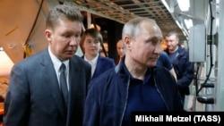 """Глава """"Газпрома"""" Алексей Миллер (слева) – один из претендентов на деньги Фонда национального благосостояния"""