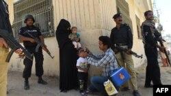 Policët në gjendje gatishmërie gjatë vaksinimit kundër poliomielitit në Pakistan