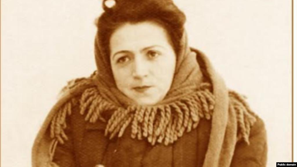 В 1943 году, когда полуостров был оккупирован нацистами, труппа Крымскотатарского театра была угнана в Румынию. Вернуться на родину артистам не удалось – в мае 1944-го крымскотатарский народ был депортирован. Сабрие оказалась в Таджикистане. На фото – Сабрие в заключении. Она была приговорена к 7 годам лагерей за то, что находилась на оккупированной врагом территории