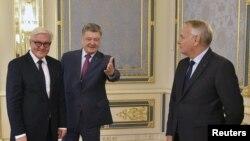 Глава МИД Германии Франк-Вальтер Штайнмайер и министр иностранных дел Франции Жан-Марк Эро на встрече с президентом Украины Петром Порошенко в Киеве
