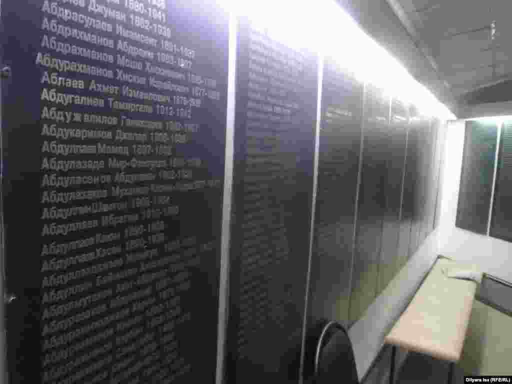 Саяси қуғын-сүргін құрбандарының есімдері жазылған қабырға. Шымкент, 31 мамыр 2016 жыл.
