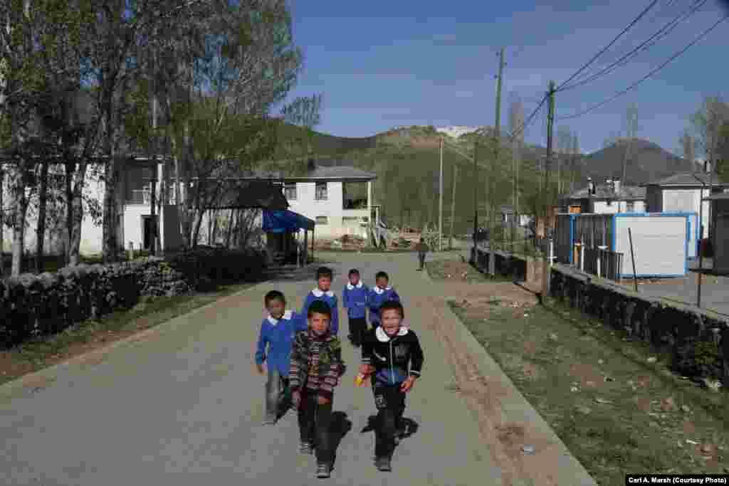 Мектептен қайтқан балалар. Ауылдағы мектеп орта білімді толық бермейді. 13 жастан кейін көп балалар мектеп-интернаттарда оқуға қалаға кетеді.