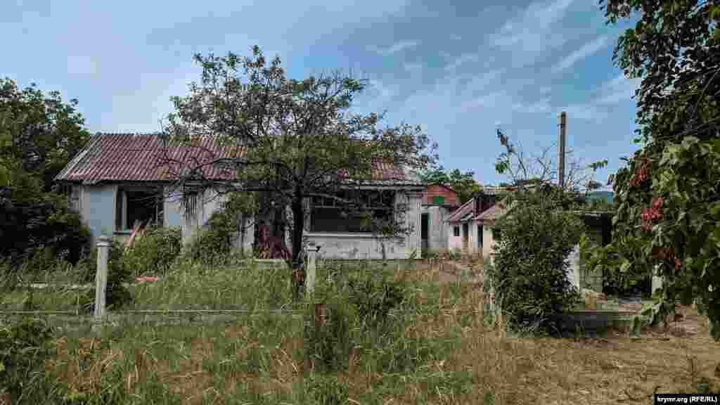 В Орлином встречаются совсем заброшенные дома