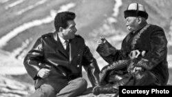 Чынгыз Айтматов и манасчы Саякбай Каралаев. Фото из архива