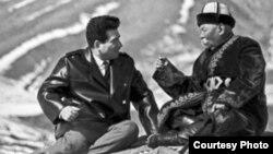 Залкар жазуучу Чыңгыз Айтматов алп манасчы Саякбай Каралаев менен. (Сүрөт качан тартылганы белгисиз)
