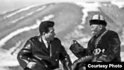 Манасчы С. Каралаев жана жазуучу Ч. Айтматов. Кыргызстан. (Архивден).
