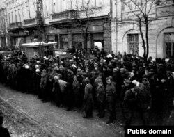 Жители Симферополя и солдаты Вермахта слушают сводку новостей по радио