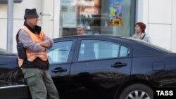С 10 сентября человек в спецжилете, требующий деньги с автовладельца - вне закона