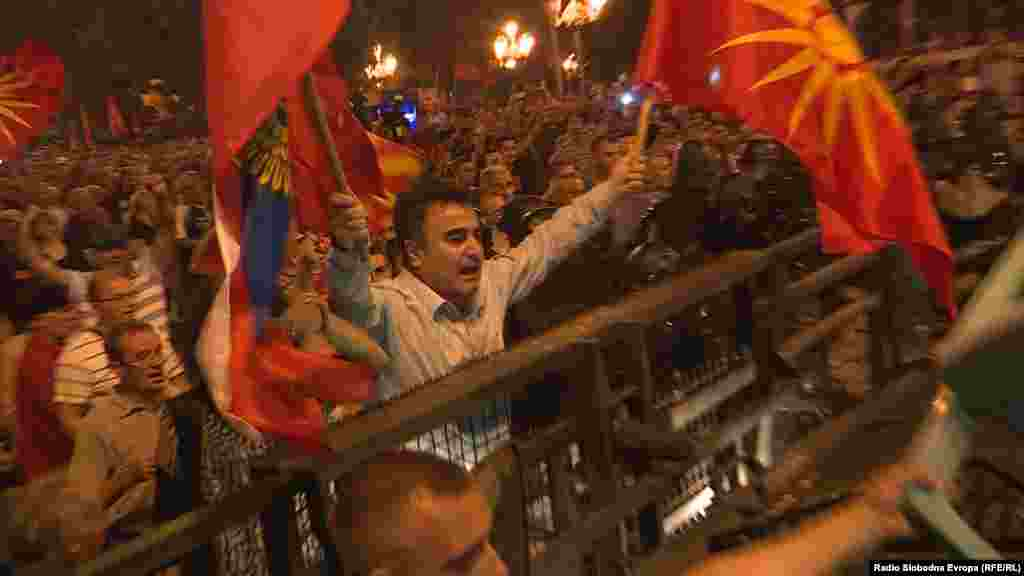 МАКЕДОНИЈА - Лидерот на Единствена Македонија, Јанко Бачев беше приведен на разговор во полициска станица поради закана која ја упатил преку социјалните мрежи. На фејсбук страната на Единствена Македонија наведоа дека нивниот претседател Бачев бил приведен од страна на полицијата додека се движел кон партискиот штаб каде требало да оддржи состанок.
