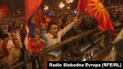 """Јанко Бачев од """"Единствена Македонија"""" со руско знаме на протестите против Договорот со Грција пред македонското Собрание"""