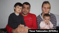 Кыргызстандын жараны Ольга Ладанова күйөөсү Мохаммед Зинзан, уулдары Руслан жана Раян менен.