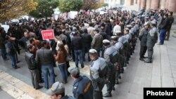 Акция протеста против обязательной накопительной пенсионной системы перед зданием правительства, Ереван, 21 ноября 2013 г․