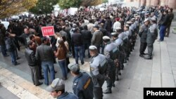 Armenia - A demonstration against controversial pension reform outside the government headquarters in Yerevan, 21Nov2013.