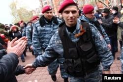 """Бойцы """"Беркута"""" прибывают для поддержки про-российских протестующих в Донецке, 12 апреля 2014 года"""
