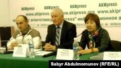 """Представители """"Бир дуйно - Кыргызстан"""" на пресс-конференции в Бишкеке."""