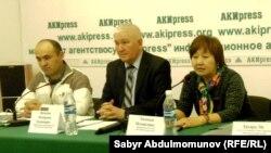 Сотрудники правозащитной организации «Бир дуйно - Кыргызстан» на пресс-конференции. 31 марта 2015 года.