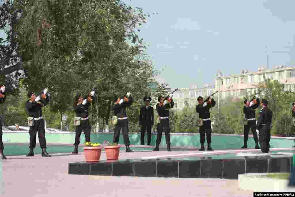 Военнослужащие стреляют в воздух в честь Дня победы. Актау, 9 мая 2012 года.