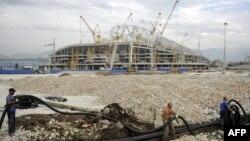 """Стадион """"Фишт"""" еще в стадии возведения и напоминает пока скелет гигантского динозавра"""