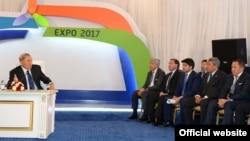 Президент Нұрсұлтан Назарбаев (сол жақта) Нұрлан Смағұлов (оң жақ шетте) бастаған кәсіпкерлермен кездесіп отыр. Астана, 3 шілде 2014 жыл