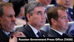 Туркменские чиновники должны уподобиться Твердыне, опоре и надежде (на фото — в центре)