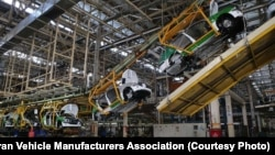 نمایی از خط تولید خودروسازی در ایران