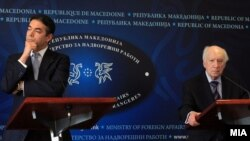 Nikolla Dimitrov dhe Matthew Nimetz gjatë konferencës së sotme për media në Shkup