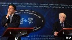 Архивска фотографија - изјави на медијаторот Метју Нимиц со министерот за надворешни работи, Никола Димитров