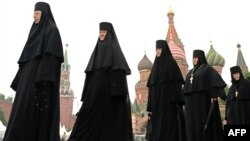 Moskwanyň Gyzyl meýdançasynda prawoslaw aýallar.