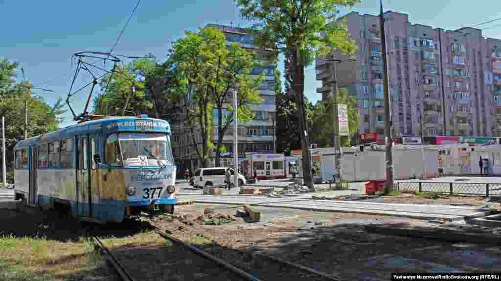 Ще один елемент «запорізької Матриці». Це трамвайний переїзд по вулиці Глазунова і Павлокічкаська. Восени минулого року на його ремонт було виділено 1,3 мільйона гривень. Та роботи тривають досі, а будівельні матеріали лежать просто неба без жодного нагляду.