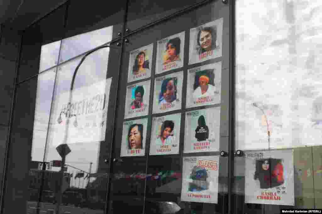 تصاویر زندانیان سیاسی و عقیدیت سرشناس زن در مرکز نیویورک؛ عکس بهاره هدایت، فعال دانشجویی زندانی در ایران و خدیجه اسماعیلوا، خبرنگار سرویس جمهوری آذربایجان رادیو اروپای آزاد / رادیو آزادی نیز در میان آنها قرار دارد.