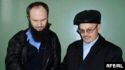 Рәфис Кашапов (у) адвокаты Рөстәм Вәлиуллин белән