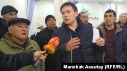 Алматы прокуратурасына келіп тұрған Жанболат Мамай бастаған белсенділер. 20 қаңтар 2020 жыл.