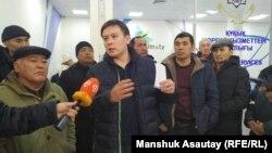 Активист Жанболат Мамай (в центре), один из инициаторов создания Демократической партии.