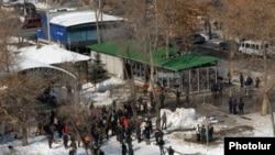 Торговые павильоны, строящиеся в общественном парке в центре Еревана, 21 февраля 2012 г..