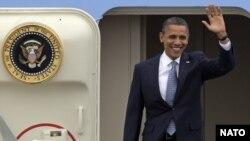 Любопытно, что некоторые российские СМИ, говоря о прибытии на саммит более 40 глав государств и правительств, в основном упоминают президентов США и РФ Барака Обаму и Дмитрия Медведева, президента Афганистана Хамида Карзая и… главу грузинского государства
