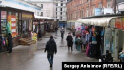 Люди на улице в Нижнем Новгороде.