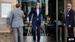 Джон Керрі на переговорах у Відні. 71-річний політик досі лікує ногу, зламану 31 травня під час тренування на велосипеді