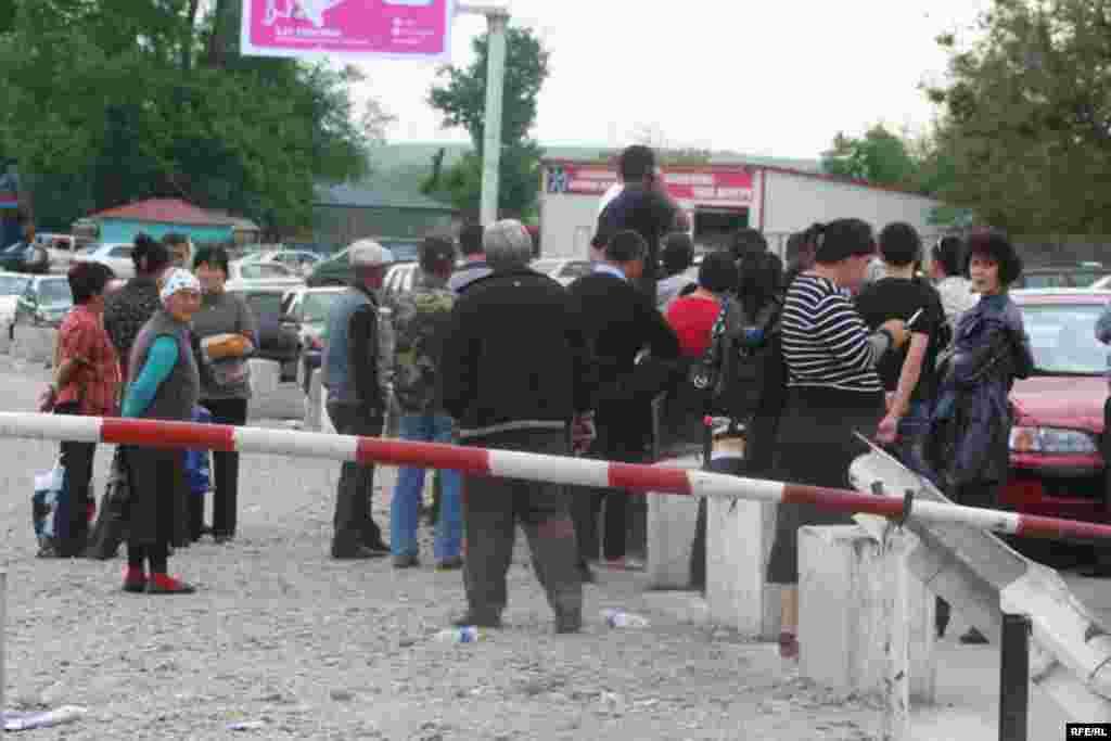 Кыргыз-казак чек арасы ачыла элек - Бирок убактылуу өкмөттүн кыргыз-казак чек арасы 11-майда ачылып калат деген үмүтү орундалбай, чек ара бекетине келгендердин саны улам көбөйүп жатты.