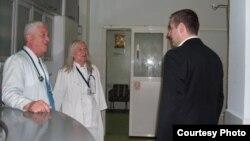 Архивска фотографија - Министерот за здраство Никола Тодоров во посета на битолската болница.