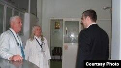Дел од персоналот во болницата во Битола и министерот Тодоров.