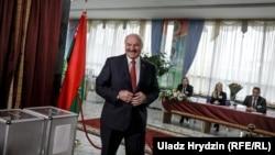 Президент Беларуси Александр Лукашенко на избирательном участке в Минске в день парламентских выборов. 17 ноября 2019 года.