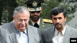 محمود احمدی نژاد به جلال طالبانی، رئیس جمهور عراق، خوشآمد میگوید