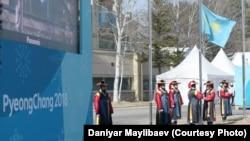 Пхенчхандағы олимпиада ойындарында Қазақстан туы көтерілген сәт. 7 ақпан 2018 жыл.