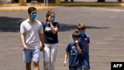 يک خانواده مکزيکی برای تردد خارج از خانه به صورت خود ماسک محافظ زدهاند، يکشنبه ۶ ارديبهشت ۱۳۸۸
