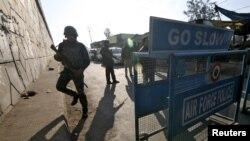 Pjesëtarë të sigurisë së Indisë afër bazës ajrore Pathankot, e cila ishte sulmuar më 2 janar